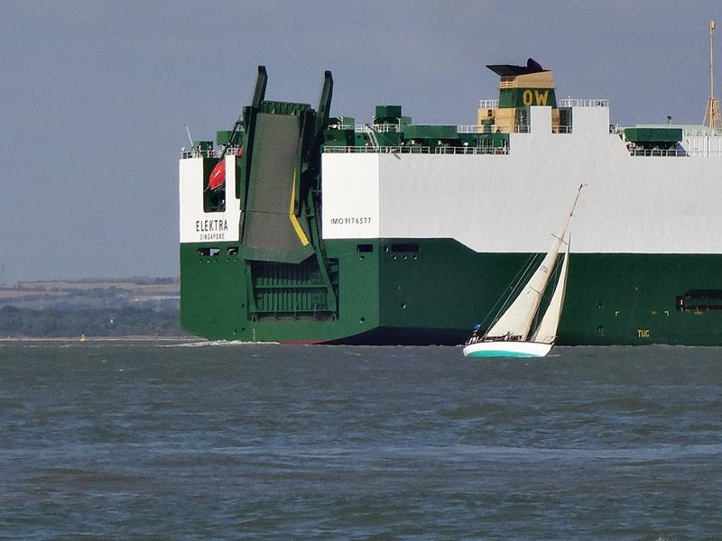 Segeln neben Containerbooten