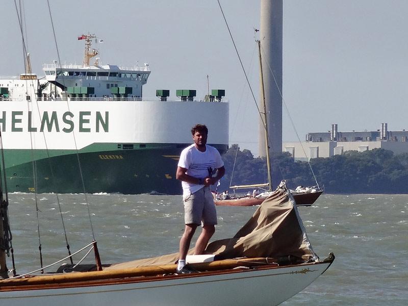 Containerschiff neben Klassikern