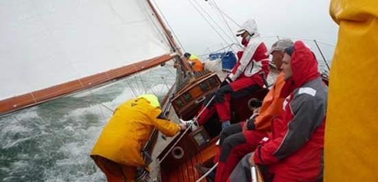 Ölzeug im Einsatz auf einer Segelyacht