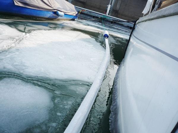 Eisschollen-schieben-ans-Boot