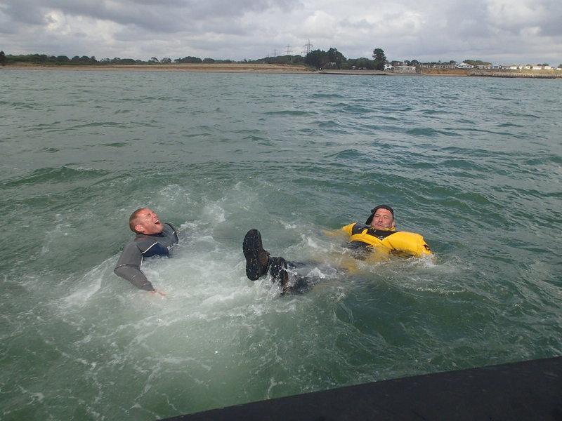 Schwimmen im Überlebensanzug