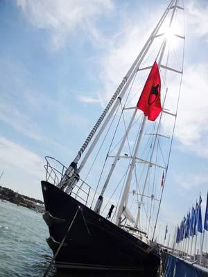 Superyacht im Hafen von Cowes auf der Isle of Wight