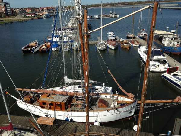 Zwar kein Zeesenboot, aber auch ein Oldtimer im Wirtschaftshafen