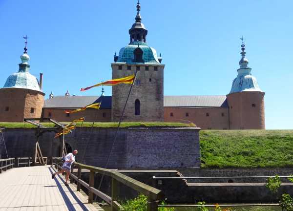 Burgfräulein auf der Brücke zum Schloß Kalmar am Sund