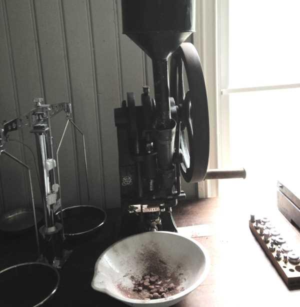 Pillenpressmaschine in der Apotheke