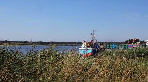 Idylle mit Fischerboot im Ostseehafen Darßer Ort