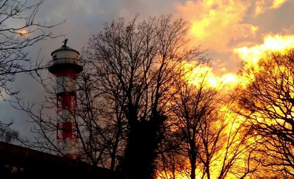 Leuchtturm-an-der-Elbe-bei-Wedel